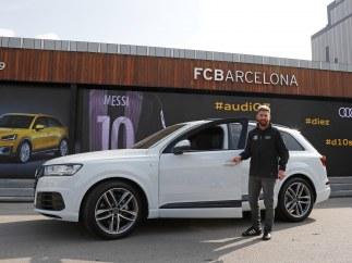 Messi recibiendo su Audi Q7
