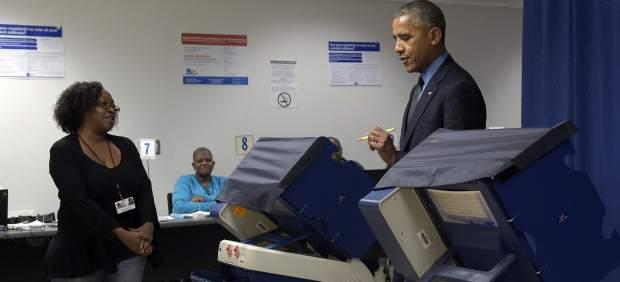 Obama en un centro de votación