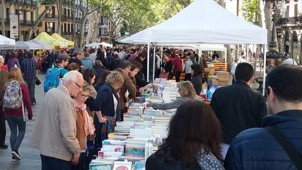 Paradas de libros en las Ramblas por Sant Jordi
