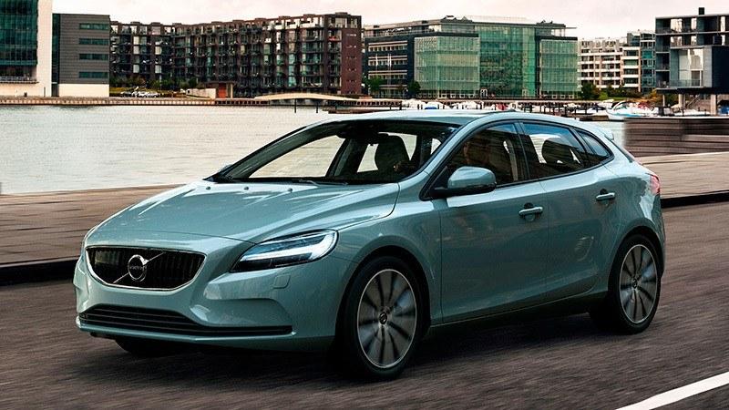 Volvo V40 5p D2 Inscription. El consumo medio de este Volvo es de 3,4 l/100 km, mientras que el consumo urbano es de 3,8 l/100 km y el extraurbano es de 3,2 l/100 km. El precio es algo más elevado que el de su competencia: 29.873 euros. Más información sobre este listado.