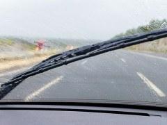 Consejos ante la gota fría: ¿qué hacer si una riada te pilla en el coche o si sufres acquaplanning?