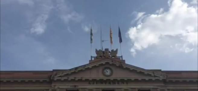 Ayuntamiento de Sabadell sin la bandera española