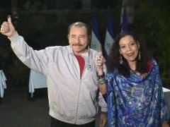 Daniel Ortega, con su mujer