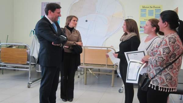 Carriedo entrega las acreditaciones a tres alumnas del centro de empleo