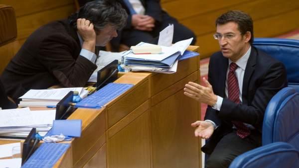 Alberto Núñez Feijóo durante un pleno del Parlamento habla con Puy