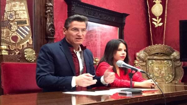 Luis Salvador, con Lorena Rodríguez, en el Ayuntamiento de Granada
