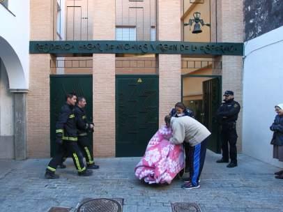 Los bomberos, en la residencia donde se ha producido el incendio
