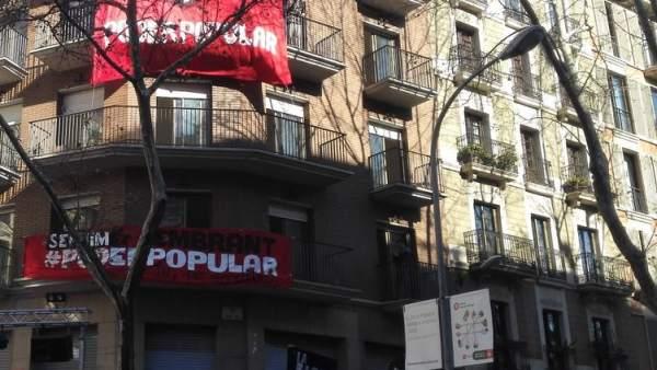 Fachada del edificio okupado de La Rimaia, en el Raval de Barcelona.