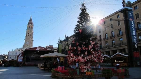 El árbol de los deseos y las casetas navideñas en la Plaza del Pilar