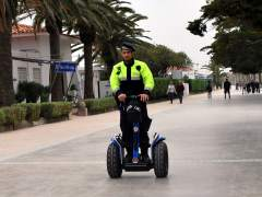 Un agente de policía local usando un 'segway'.