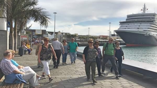 NP La Ciudad Espera En Tres Días A Un Crucero De Súper Lujo, Un Velero Para Hace