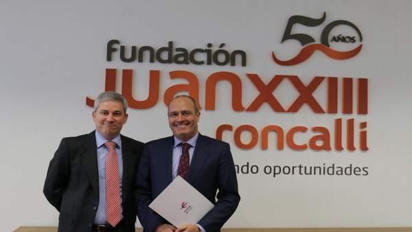 Firma del convenio entre Ibercaja y Fundación Juan XXIII Roncalli.