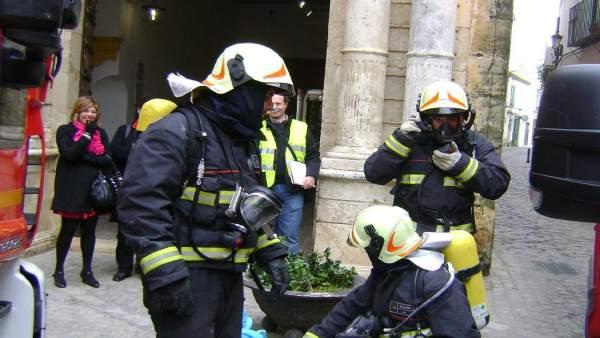 Los bomberos de Carmona en una actuación.