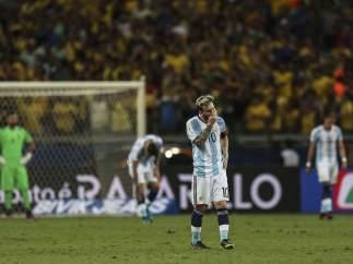 Messi, cabizbajo tras la derrota ante Argentina