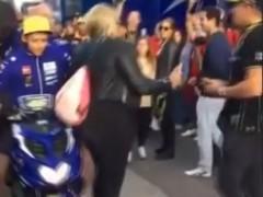 Agresión de Rossi a una aficionada, en Valencia.