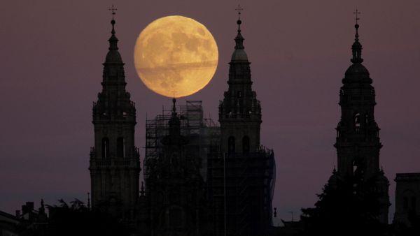 Superluna sobre la catedral de Santiago