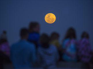 Reunido en torno a la superluna