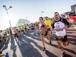 Cientos de personas corriendo en Valencia durante una maratón
