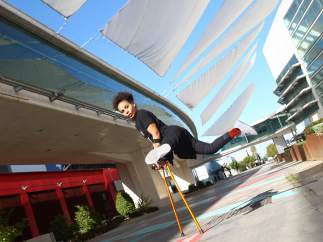 Laila Whait bailando sobre sus muletas.