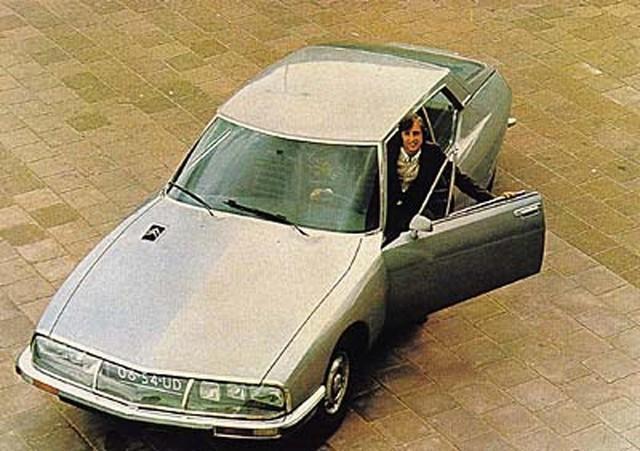 Johan Cruyff posa con su mítico coche Citroën SM en los años 70.