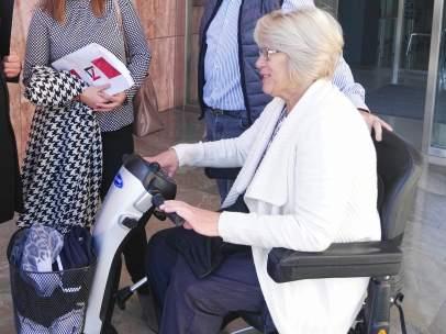 Multada por ir en silla de ruedas en sentido contrario