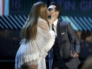 Beso en el escenario de los Grammy Latino