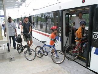 Viajeros entrando en bici al tren
