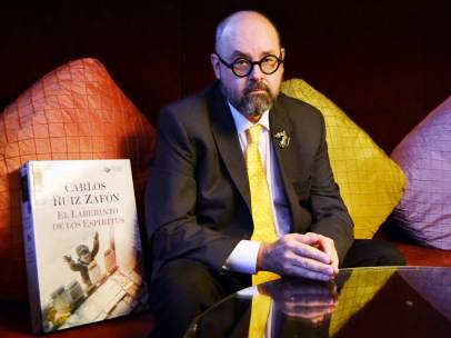 El escritor barcelonés Carlos Ruiz Zafón, en el hotel Casa Fuster de la capital catalana.