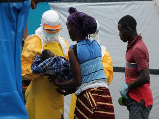Mujer adopta a niño huérfano, cuya madre ha muerto por ébola