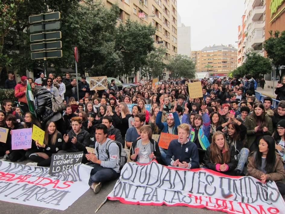 Varios cientos de estudiantes se manifiestan en badajoz for Centro de salud ciudad jardin badajoz