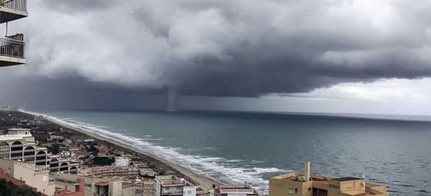 València registra un intens aiguat amb tromba marina visible des de Sueca, El Perelló i Cullera