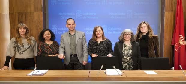 Gema Mañú y Luis Esáin junto a representantes de las entidades sociales.