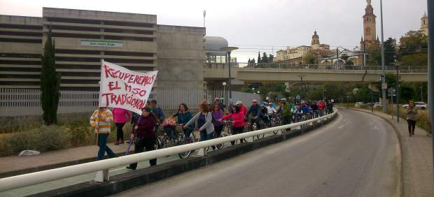 Marcha ciclista en demanda de la pasarela.