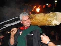 Un fallaire durant la celebració de les falles al poble d'Isil, al Pallars Sobirà.