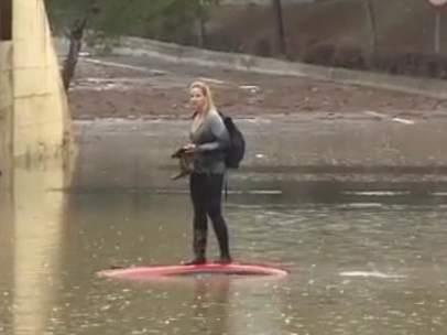Atrapada en un vehículo en una carretera inundada en Sagunto