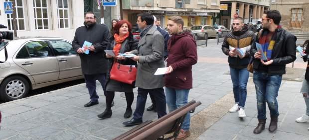 El alcalde de Granada con militantes del PSOE contra la LOMCE