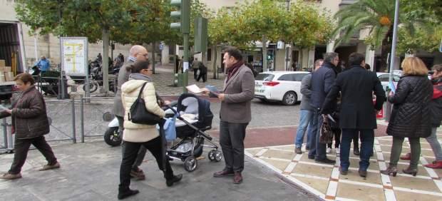 Pío Zelaya reparte folletos informativos.