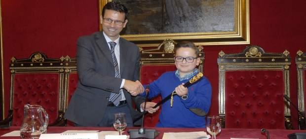 Cuenca cede el bastón de mando a un alumno del Tierno Galván