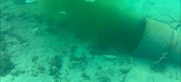 Emisario vertiendo aguas en la playa de Aguadulce