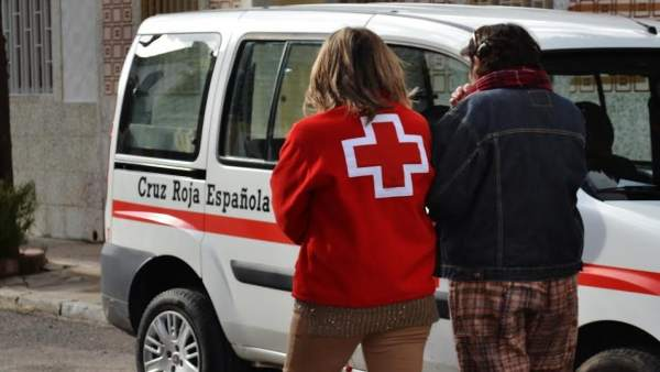 Cruz Roja presta ayuda a una persona