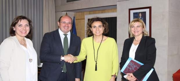Foto/ El Presidente De La Comunidad Durante La Reunión C On La Ministra Dolors M