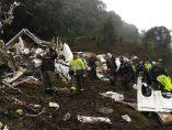 Servicios de emergencia entre los restos del avión