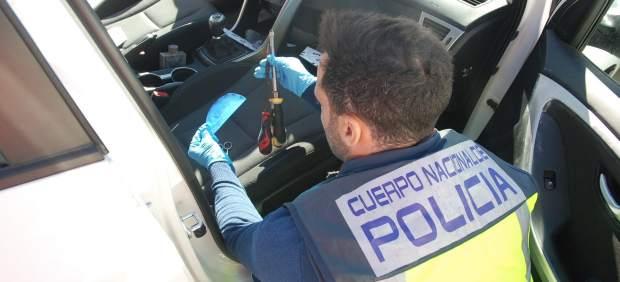 Un agente investiga un vehículo