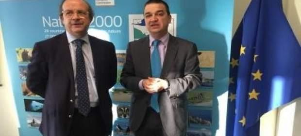 El consejero junto con el comisario europeo