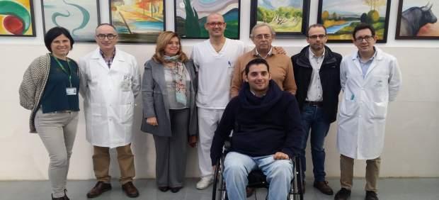 Navajas (centro) con familiares y profesionales del hospital