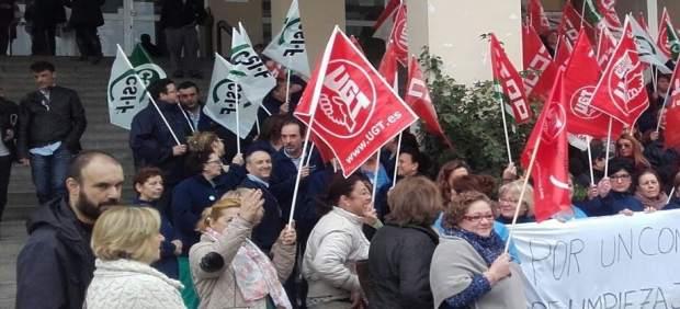 Concentración de trabajadores del sector limpieza ante el Hospital Provincial