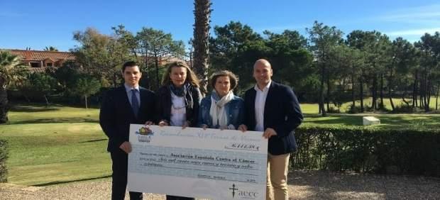 El hotel Islantilla Golf en Huelva entrega su cheque a AECC.