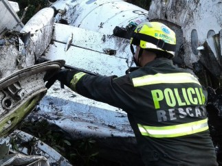 Un policía revisa los restos del avión del Chapecoense