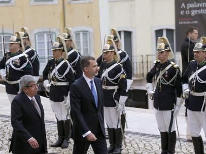 El rey Felipe VI, acompañado por el presidente de la Asamblea de la República de Portugal, Eduardo Ferro.