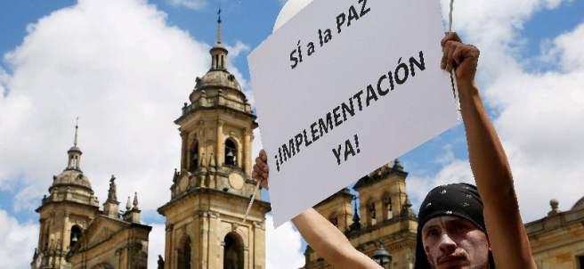 Manifestantes a favor del acuerdo de paz en Colombia
